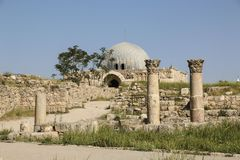 Spalten und Ansicht des Umayyad-Palastes an Jabal-Al-Qal ` a, das ol stockbild