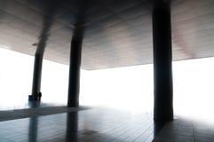 Spalten und Dach eines Gebäudes Stockbild