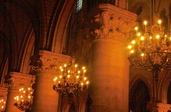 Spalten und Lichter in einer Kirche stockfoto