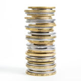 Spalten von den goldenen und Silbermünzen lokalisiert auf weißem Hintergrund Geldkonzept, Emissionsbank Lizenzfreie Stockfotografie