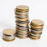 Spalten von goldenen und Silbermünzen auf weißem Hintergrund Geldkonzept, Emissionsbank Lizenzfreies Stockfoto