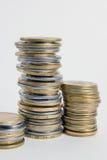 Spalten von goldenen und Silbermünzen auf weißem Hintergrund Geldkonzept, Emissionsbank Stockbilder