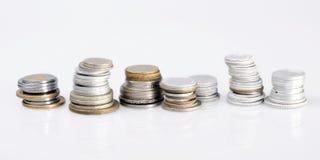 Spalten von Münzen aus verschiedenen Ländern Stockbild