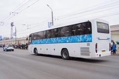 Spaltenautos, die am Paralympic-Fackellauf teilnehmen Lizenzfreie Stockbilder