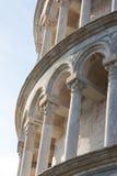 Spaltendetails des lehnenden Kontrollturms von Pisa, Italien Stockbilder