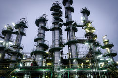 Spaltentürme im petrochemischen Werk Stockfotografie