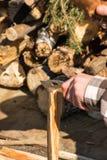 Spaltungsholz mit Jagdmesser Stockfotos