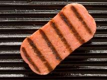 Spam op een grill Stock Foto