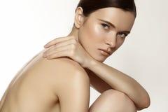Span wellness & förkroppsligar omsorg. Modellera med rent mjukt flår & dagsmink royaltyfri fotografi