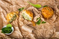 Spanakopita - empanada griega de la espinaca con queso Feta y ricotta Fotos de archivo