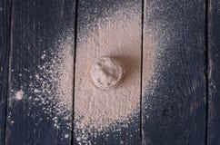 Spanda fuori i cosmetici sulla tavola Cosmetici sciolti beige fotografia stock