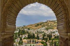 Spanien, Andalusien, Granada an einem hellen Sommertag mit dem blauen Himmel, angesehen vom Alhambra-Palast Lizenzfreies Stockfoto