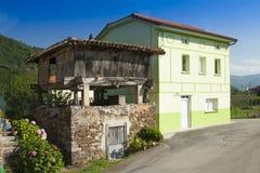 Spanien Asturias, Cornellana, horreo - traditionell ladugård Fotografering för Bildbyråer