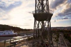 Spanien Barselona- November 20, 2013 Torn av bergbanan för bil för kabel två och det stora skeppet royaltyfri bild