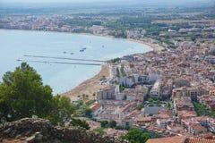 Spanien Costa Brava, Vogelperspektive der Küstenstadt der Rosen auf der Mittelmeerküste stockbilder