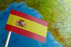 Spanien flagga med en jordklotöversikt som en bakgrund Royaltyfria Bilder
