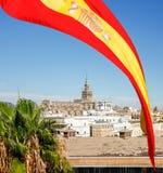 Spanien-Flagge über Kathedrale der Heiliger Maria u. des x28; Catedral De Santa Maria Stockbild