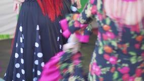 Spanien - Flamenco Frauen in den Trachtenkleidern, die flamenko tanzen stock video footage