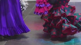 Spanien - Flamenco Frauen in den Trachtenkleidern, die flamenko tanzen stock video