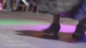 Spanien - Flamenco Frauen in den Trachtenkleidern, die flamenko tanzen stock footage