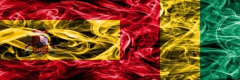 Spanien gegen die Guinea-Rauchflaggen nebeneinander gesetzt Starkes farbiges s vektor abbildung