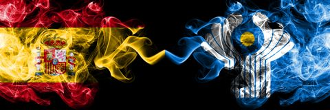 Spanien gegen die rauchigen mystischen Flaggen des Commonwealth nebeneinander gesetzt Dickes gefärbt seidig raucht Flagge von spa stock abbildung