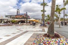 Spanien kanariefågelöar, Tenerife, Las Americas - Maj 17, 2018: Gata i Playa de las Americas på Tenerife, kanariefågelöar i Spai fotografering för bildbyråer