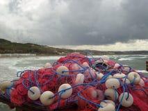 Spanien kust i vinter och fisknät Arkivbild