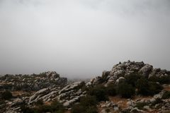 Spanien, Màlaga, Antequera, Torcal De Antequera: Felsen gestalten mit nebeligem Hintergrund landschaftlich lizenzfreie stockbilder