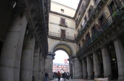 Spanien Madrid, en av passagePlazaborgmästaren arkivbild