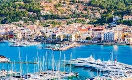 Spanien Majorca, sikt av marina och kuststaden av port de Andratx royaltyfri bild