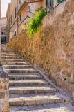 Spanien Majorca, smal gränd på den gamla byn Deia Arkivfoton