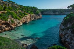 Spanien medelhav, Majorca strand av Cala Moro den härliga sjösidafjärden, Balearic Island arkivfoton