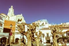 Spanien medelhavs- by av Cadaques, med den kyrkliga jultomten M Arkivbilder