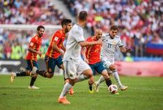 Spanien nationell fotbollslagmittfältare David Silva mot den Ryssland mittfältaren Roman Zobnin royaltyfri foto