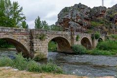 Spanien Rio Pisuerga vid stenbron av Cervera de Pisuerga Palencia royaltyfri bild