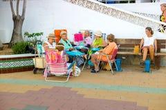 Spanien sommarferier Äldre folk som tycker om en stranddag Rota Cadiz, Spanien Royaltyfria Foton