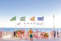 Spanien sommarferier Folk som promenerar promenaden Rota Cadiz, Spanien royaltyfri bild