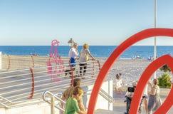 Spanien sommarferier Folk som promenerar promenaden Rota Cadiz, Spanien royaltyfria bilder