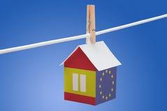 Spanien, Spanisch und EU-Flagge auf Papierhaus stockfotografie