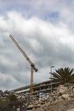 Spanien Tenerife - 09/20/2016: Tornkran på konstruktionen av lyxiga hotell i La Caleta Royaltyfri Foto