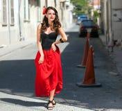 Spanierin im schwarzen Kleid wirft in der Stadt auf Stockfotos