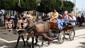 Spanierinnen im Flamenco kleiden in einer Pferdewagenparade an Lizenzfreie Stockbilder