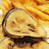 Spanisch gebratene Scheiben der Aubergine und der Pommes-Frites Stockfotos