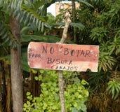 Spanisch kein Abfallzeichen, Lamas zieht sich, San Martin, Peru zurück lizenzfreie stockfotos