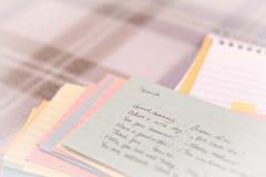Spanisch; Lernen von neuen Sprachschreibens-Grüßen auf dem Notizbuch Stockfotos