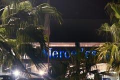 Spanisch Mercedes zentriert unter Palmen lizenzfreie stockfotos