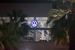 Spanisch-Volkswagen-Mitte unter Palmen lizenzfreies stockfoto