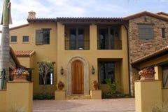 Spanischaussehendes Haus stockbilder