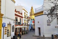 Spanische alte Stadtstraßen mit Kirche im Hintergrund Stockfotos